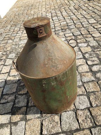 Pote antigo de armazenamento de azeite.