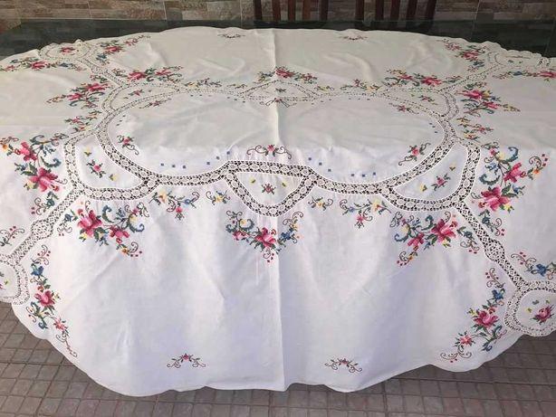Toalha de mesa lindíssima, rica em bordados e renda manual, cor creme