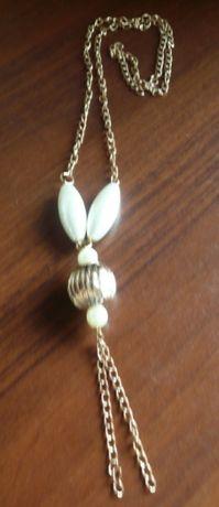 w kolorze złota naszyjnik z ala perłami