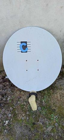 Antena satelitarna z konwerterem oraz uchwytem mocującym.