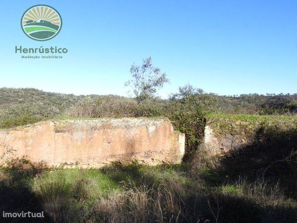 Em Odemira Quinta com ruína e Fonte -Barragem de Sta Clara