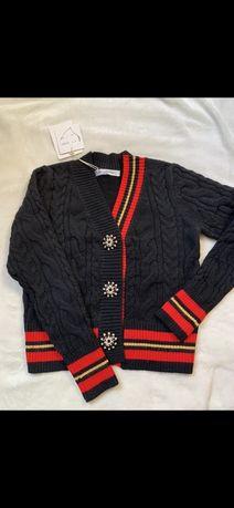 sweter z diamentowymi guzikami