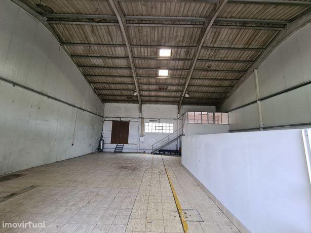 Pavilhão / Armazém com 300m+ 2 portões + furo de água + 2 escritórios