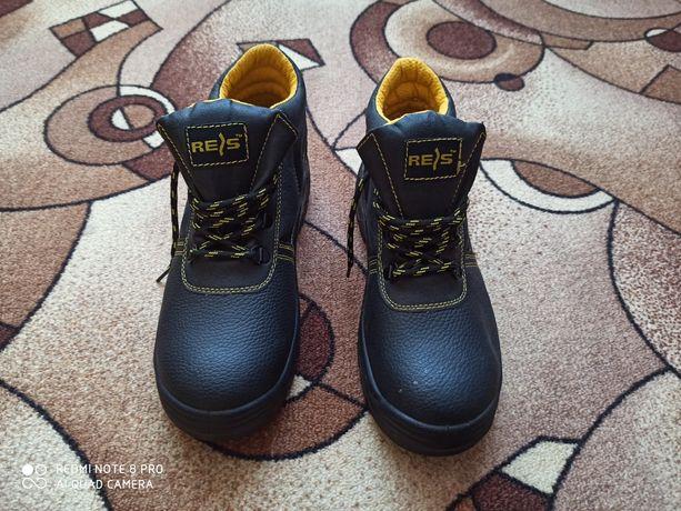 Чоловічі ботинки на стройку