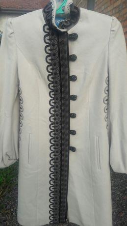 Продам жіноче пальто 46 розміру в чудовому стані.