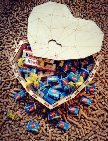 Деревянная коробка в виде сердца