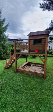 Drewniany domek ze zjeżdżalnią dla dzieci