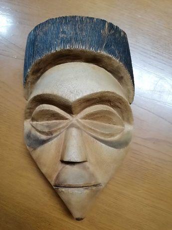 Cara de madeira em ótimo estado de conservação