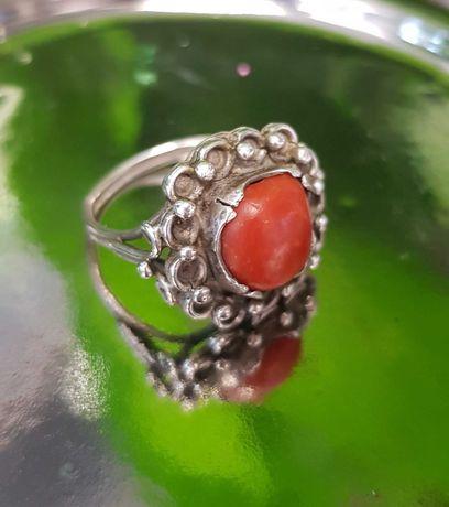 Pierścionek srebrny z koralem naturalnym