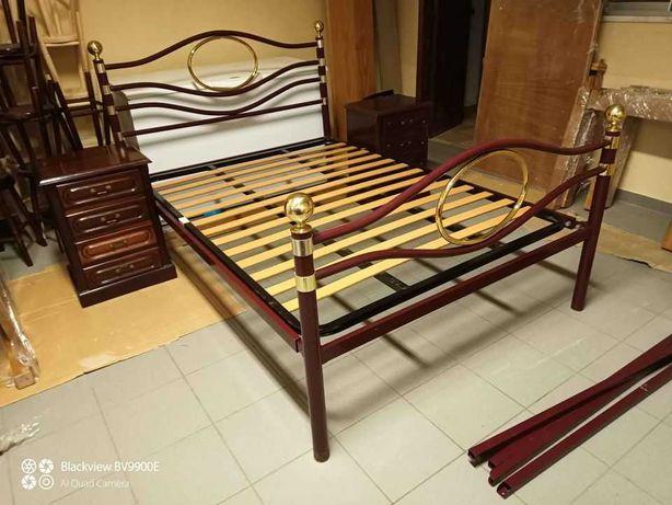 Cama de ferro com mesas de cabeceira