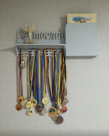 Медальница с полкой для кубков. Вешалка для медалей на стену.