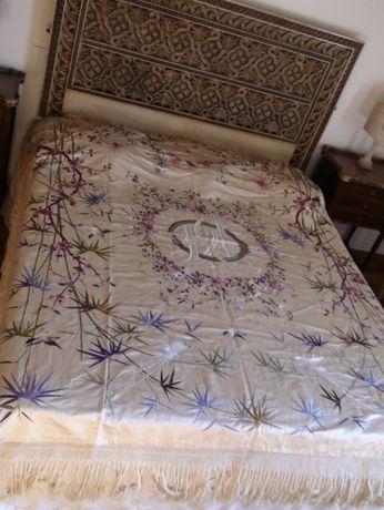Colcha chinesa, séc.XIX, em sede natural bordada a seda