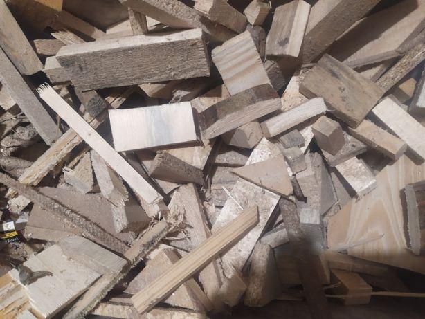Rozpałkowe drzewo trzaski suche drobne drewno