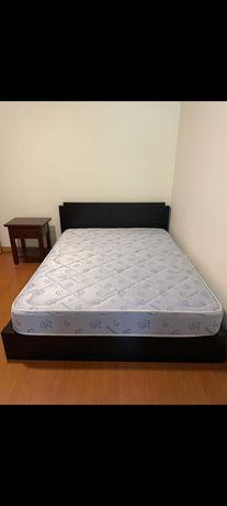 Quarto em Madeira (cama casal colchão cómoda mesa cabeceira)