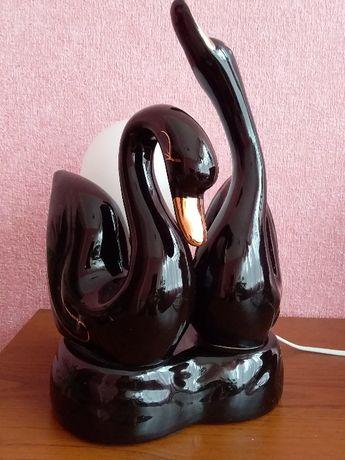 Светильник, ночник настольная лампа «Два черных лебедя с шаром»