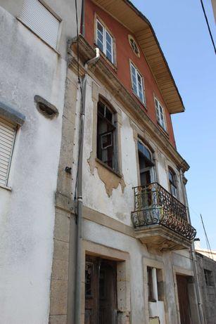 Vende-se casa no Douro vinhateiro, a 8 Km da Régua.
