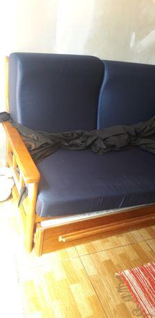 Sofá cama + um cadeirão.
