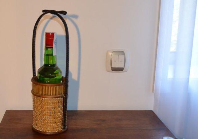 Suporte para garrafa, em madeira e verga