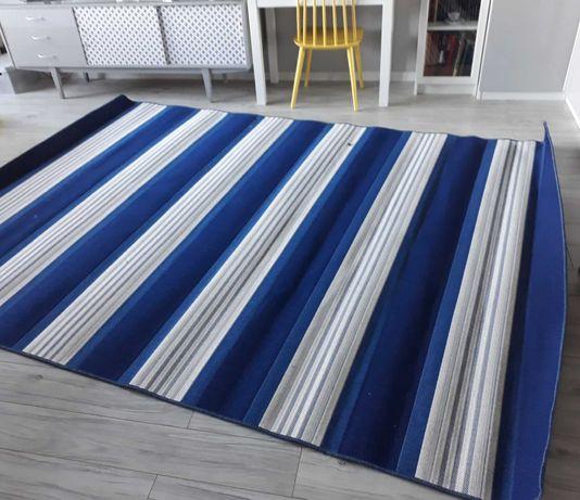 Nowy dywan tkany na płasko.
