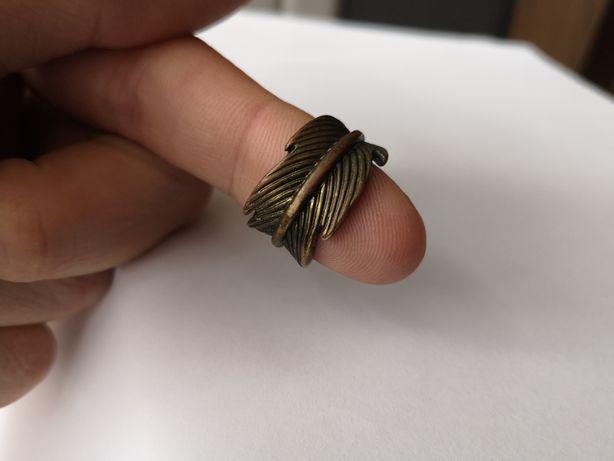 Pierścień w formie zawiniętego liścia