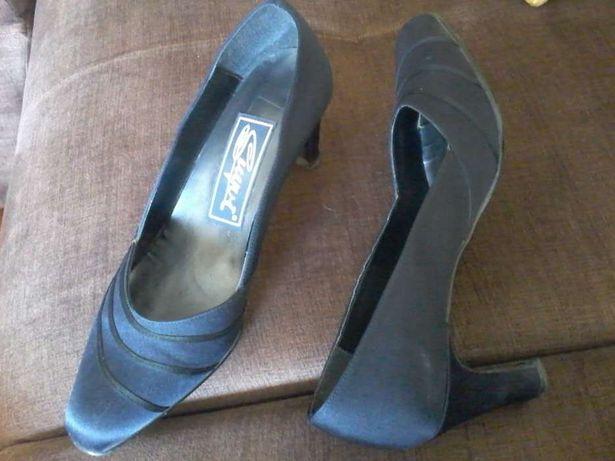 Sapatos azul marinho de salto alto