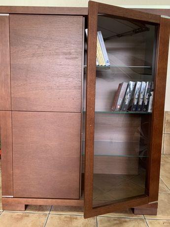 Witryna elegancka w kolorze orzech fornirowna drewnem do biura