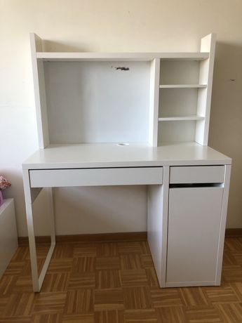 Białe biurko z półkami IKEA