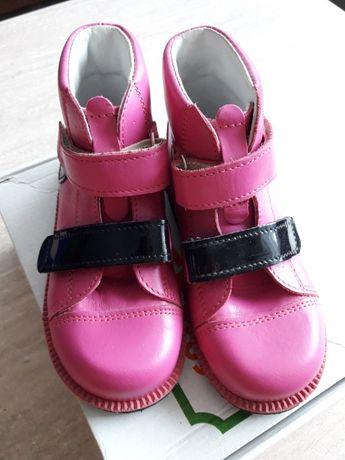 Nowe ortopedyczne buty dla dziewczynki