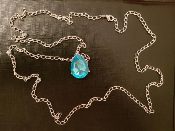 Łańcuszek z błękitnym kamieniem.