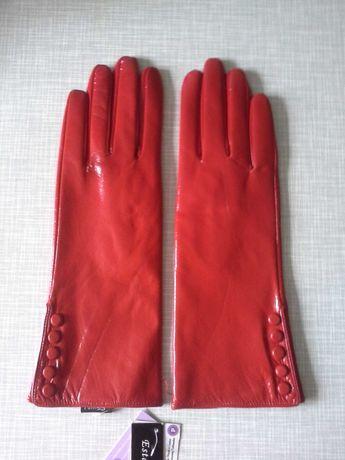 Стильние красние лаковие перчатки.