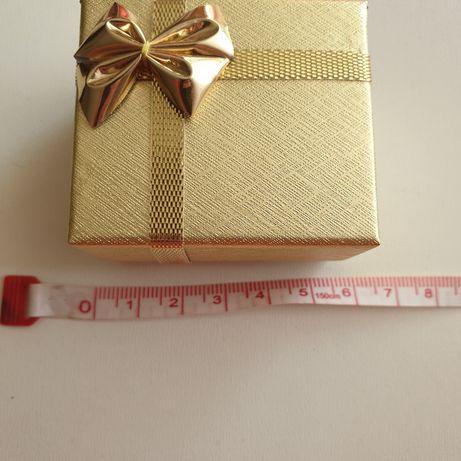 Złote pudełko na biżuterię