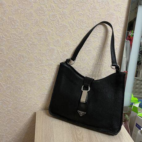 Оригинальная кожаная сумка багет Prada