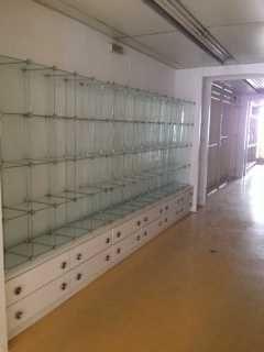 Estantes de vidro com gavetões