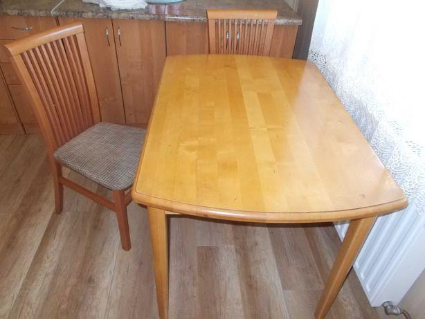 Stół drewniany i dwa krzesła