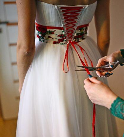 Piękna i oryginalna suknia z motywem góralskim