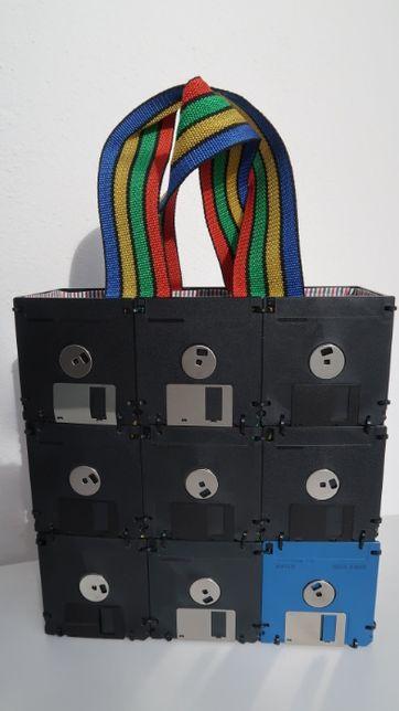 Mala Vintage de Senhora (construída com disquetes)