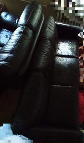 Skórzana sofa trzyosobowa.