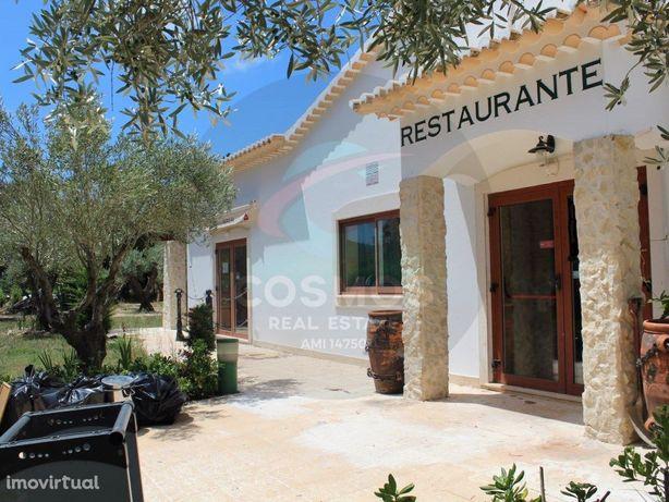 Restaurante com espaços verdes e fornos de lenha