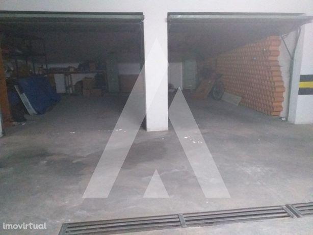 Garagens (2) localizadas no centro da cidade.