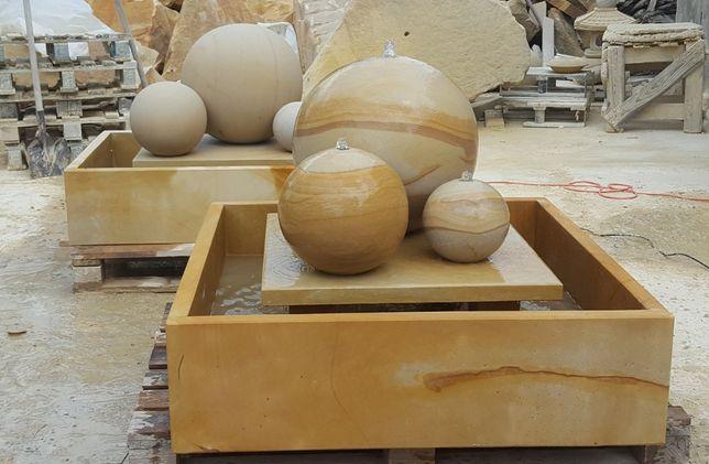 Fontanna z piaskowca, kamienia + duży rabat