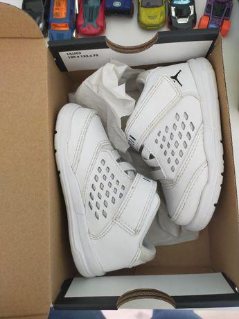 Tênis Jordan brancos tamanho 22