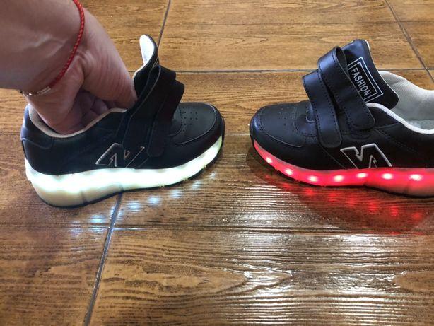 Продам кроссовки со светящейся подошвой.