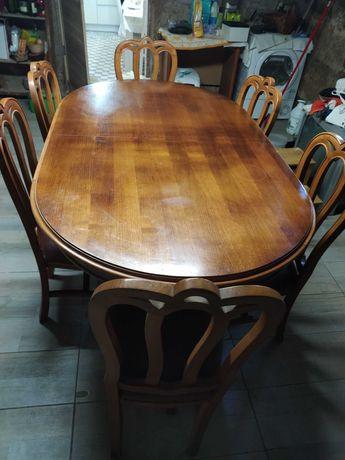 Mesa de madeira mais cadeiras