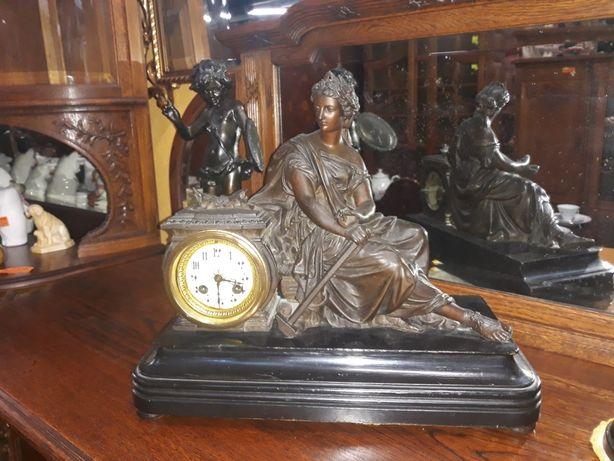Stary zegar z figurami