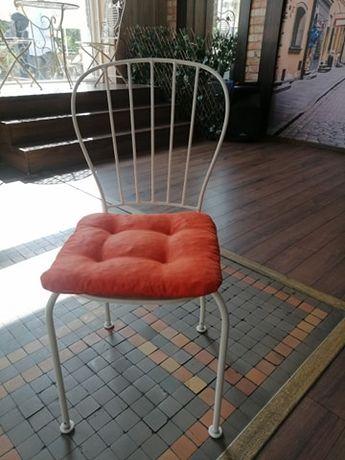 Białe krzesła ogrodowe, dekoracyjne, metalowe