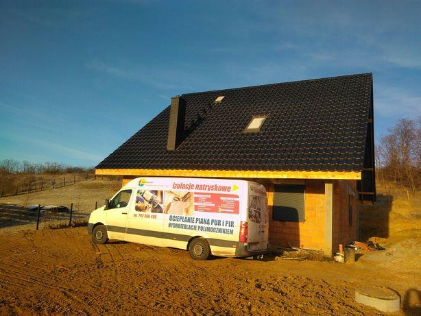 Ocieplenie izolacja natryskowa dachu poddasza pianą PUR po