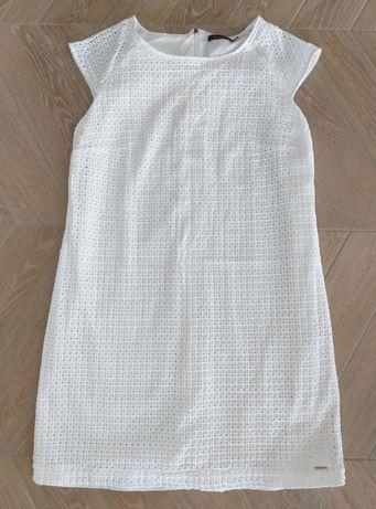 Biała sukienka z ażurowym wzorem