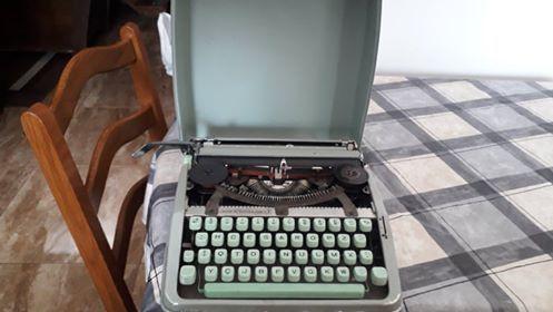 máquina de escrever antiga, em bom estado