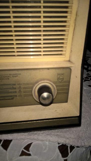Rádio muito antigo da marca Philips