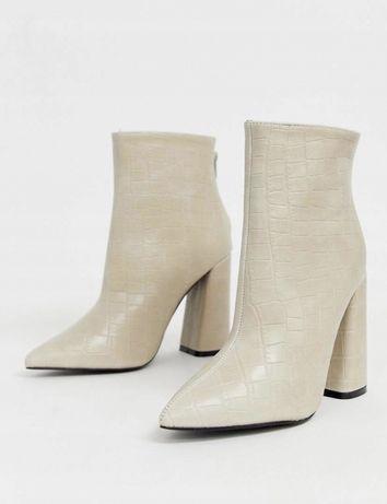 Bezowe buty skora weza tekstura botki na słupku